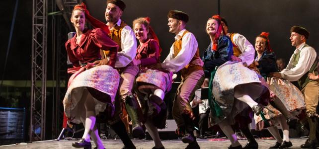 Ungarisches Feuer und deutsche Folklore beim Internationalen Folklorefestival Summerfest 2015 in Szazhalombatta