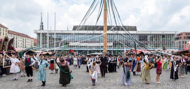 Bänderbaumtanz und Folklore auf Dresdner Altmarkt